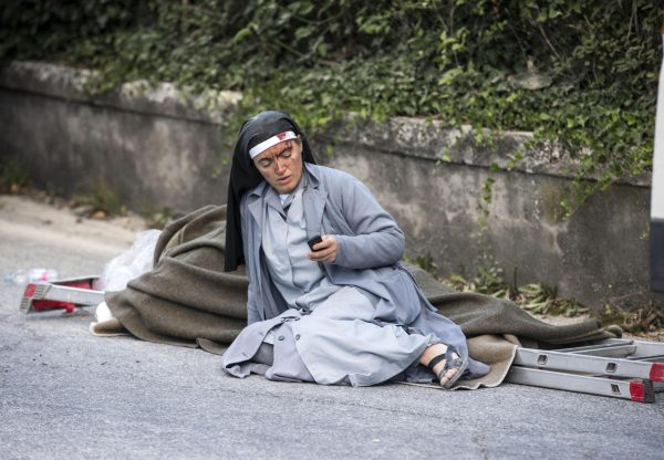 下載自美聯社 A injured nun in Amatrice, central Italy, where a 6.1 earthquake struck just after 3:30 a.m., Wednesday, Aug. 24, 2016. The quake was felt across a broad section of central Italy, including the capital Rome where people in homes in the historic center felt a long swaying followed by aftershocks. ANSA/ MASSIMO PERCOSSI (ANSA via AP)