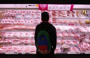 圖片來源:《達志影像》 圖片取自路透社 A shopper browses packs of meat products at a supermarket in Chiba, east of Tokyo February 26, 2014. When it comes to trade policy, Prime Minister Shinzo Abe faces a choice between the fears of Japan's ageing farm lobby and the hopes of suburban families lined up here - a nearly 20-meter long meat counter at a Tokyo mall showcasing Australian beef. Picture taken February 26, 2014. REUTERS/Yuya Shino (JAPAN - Tags: AGRICULTURE BUSINESS POLITICS FOOD) - RTR3G3BL