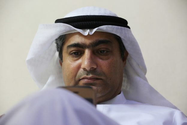下載自美聯社 Human rights activist Ahmed Mansoor uses his iPhone in Ajman, United Arab Emirates, on Thursday, Aug. 25, 2016. Mansoor was recently targeted by spyware that can hack into Apple's iPhone handset. The company said Thursday it has updated its security. (AP Photo/Jon Gambrell)