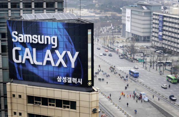 下載自路透 A Samsung outdoor advertisement sits atop an office building in Seoul, April 5, 2013. Samsung Electronics, the iPhone's main advesary, estimated its January-March operating profit rose 53 percent to 8.7 trillion won ($7.7 billion) as sales of mid-tier smartphones helped the South Korean giant tide over the off-peak season.  REUTERS/Lee Jae-won (SOUTH KOREA - Tags: BUSINESS TELECOMS) - RTXY96D