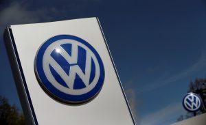 下載自路透 A Volkswagen logo is pictured at Volkswagen's headquarters in Wolfsburg, Germany, April 22, 2016. REUTERS/Hannibal Hanschke/File Photo - RTSK17O