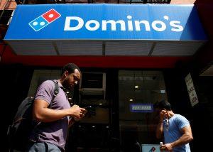 下載自路透 People pass by a Domino's Pizza restaurant in New York City, U.S., May 25, 2016.  REUTERS/Brendan McDermid - RTSFXR8
