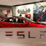 下載自路透 A man looks around Tesla Motors' Model S P85 at its showroom in Beijing January 29, 2014. REUTERS/Kim Kyung-Hoon/File Photo - RTSMACQ