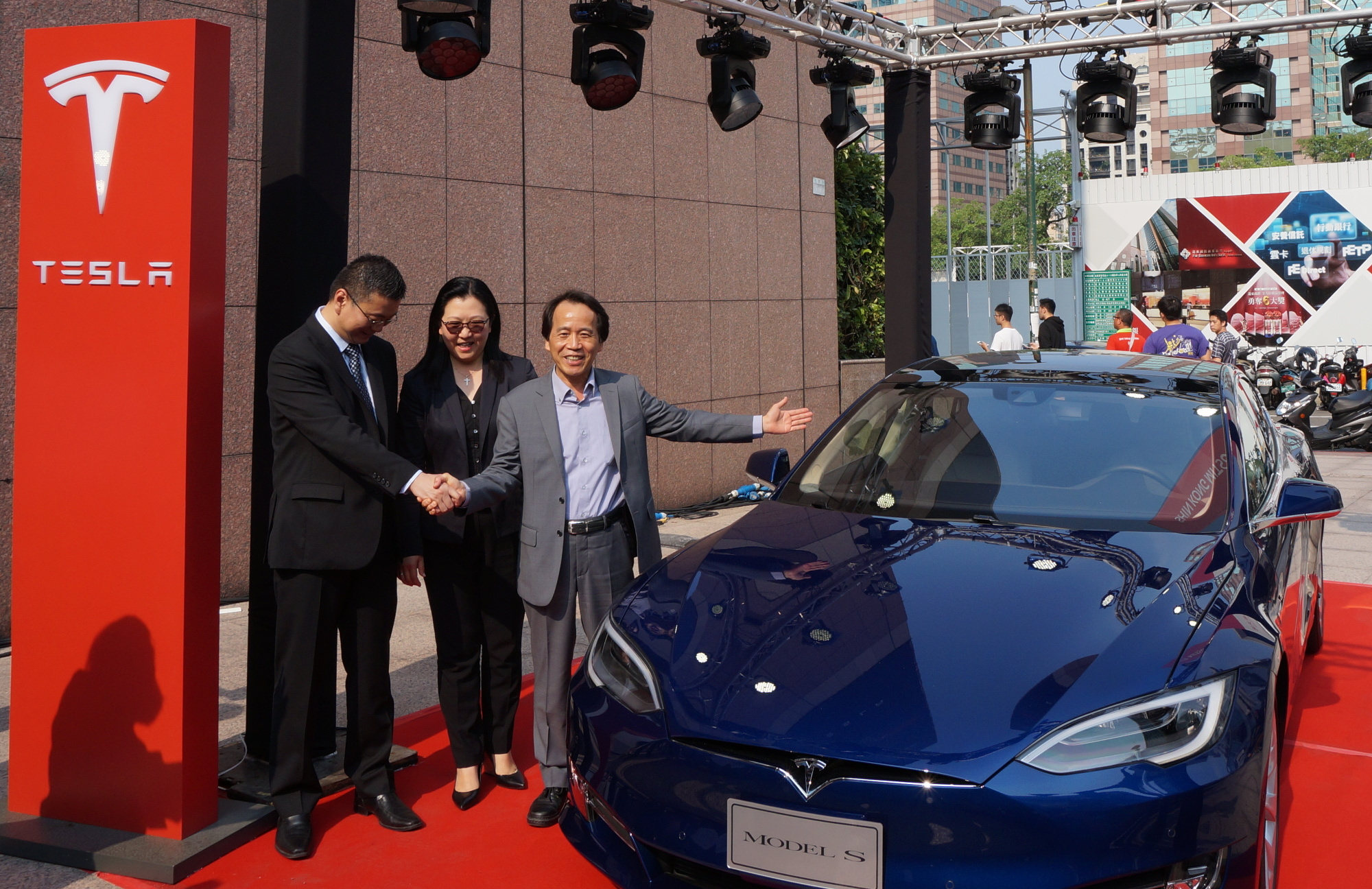 Tesla-Taipei-Store-Group-Photo2