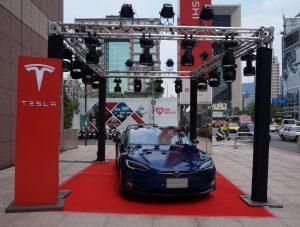 Tesla-Taipei-Display-outside-the-store