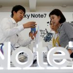 下載自路透 An employee helps customers purchase a Samsung Electronics' Galaxy Note 7 new smartphone at its store in Seoul, South Korea, September 2, 2016.  REUTERS/Kim Hong-Ji - RTX2NUOI
