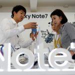 下載自路透 An employee helps customers purchase a Samsung Electronics' Galaxy Note 7 new smartphone at its store in Seoul, South Korea, September 2, 2016.  REUTERS/Kim Hong-Ji - RTX2NUOI