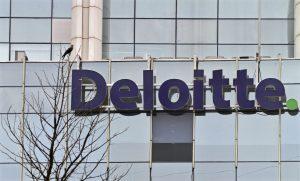 圖片來源:《達志影像》 圖片取自路透社 The Deloitte Company logo is seen on a commercial tower at Gurgaon, on the outskirts of New Delhi August 9, 2012. The Big Four accounting and consulting firms, Deloitte, Ernst & Young, KPMG and PwC, also are offshoring some audit work for U.S. companies to India, where salaries for accountants are a fraction of those in the United States. REUTERS/Parivartan Sharma (INDIA - Tags: BUSINESS LOGO EMPLOYMENT) - RTR36IKO