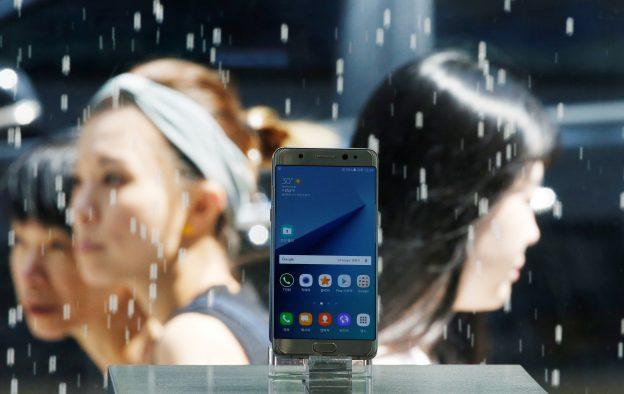 下載自路透 A Samsung Electronics' Galaxy Note 7 new smartphone is displayed at its store in Seoul, South Korea, September 2, 2016.  REUTERS/Kim Hong-Ji - RTX2NUOH