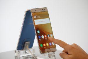 下載自路透 An employee poses for photographs with Samsung Electronics' Galaxy Note 7 new smartphone at its store in Seoul, South Korea, September 2, 2016.  REUTERS/Kim Hong-Ji     TPX IMAGES OF THE DAY      - RTX2NUOR