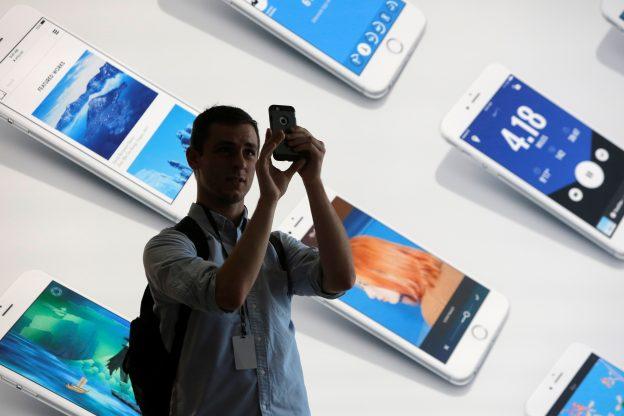 下載自路透 A man uses his iPhone during a preview event at the new Apple Store Williamsburg in Brooklyn, New York, U.S., July 28, 2016.  REUTERS/Andrew Kelly  - RTSK4MN