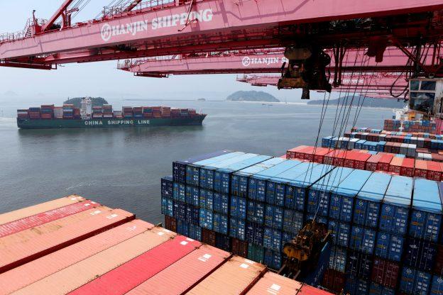 圖片來源:《達志影像》 圖片取自路透社 A crane carries a container from a Hanjin Shipping ship at the Hanjin container terminal as a China Shipping Line ship (L) arrives at the Busan New Port in Busan, about 420 km (261 miles) southeast of Seoul, August 8, 2013.  REUTERS/Lee Jae-Won/File Photo - RTX2O4TB