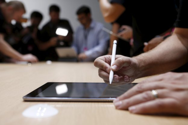 下載自路透 The new Apple Pencil is displayed during an Apple media event in San Francisco, California, September 9, 2015. REUTERS/Beck Diefenbach - RTSE25