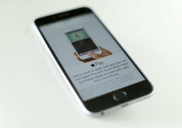 下載自路透 An Apple iPhone 6 with Apple Pay is shown in this photo illustration in Encinitas, California, U.S. June 3, 2015. REUTERS/Mike Blake/File Photo - RTX2F8JM