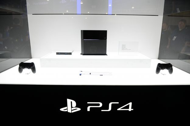 下載自美聯社 The Sony PS4 console is on display at the GameStop Expo in Las Vegas on Wednesday, Aug. 28, 2013 in Las Vegas. (Photo by Al Powers/Invision/AP)