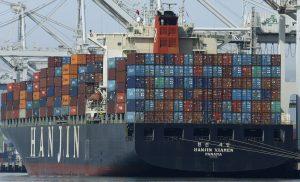 圖片來源:《達志影像》 圖片取自美聯社 In this Wednesday, March 2, 2016, photo, the container ship Hanjin Xiamen waits to be unloaded at the Port of Oakland, in Oakland, Calif. On Friday, March 4, the Commerce Department reports on the U.S. trade gap for January. (AP Photo/Ben Margot)