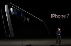 下載自路透 Apple Inc CEO Tim Cook discusses the iPhone 7 during an Apple media event in San Francisco, California, U.S. September 7, 2016. Reuters/Beck Diefenbach - RTX2OJG0
