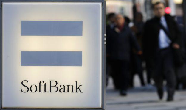 下載自路透 People walk behind the logo of SoftBank Corp in Tokyo December 18, 2014.  REUTERS/Toru Hanai (JAPAN - Tags: BUSINESS TELECOMS LOGO) - RTR4IJ6Q
