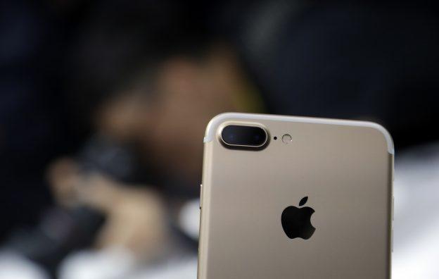 下載自美聯社 The dual camera feature on an iPhone 7 Plus is shown during an event to announce new Apple products on Wednesday, Sept. 7, 2016, in San Francisco. (AP Photo/Marcio Jose Sanchez)
