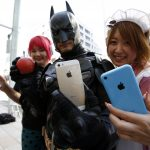 下載自路透 People pose with their new Apple iPhone 5S (C and L) and 5C after they waited for it since September 16, outside an Apple Store at Tokyo's Ginza shopping district September 20, 2013.   REUTERS/Toru Hanai (JAPAN - Tags: BUSINESS TELECOMS) - RTX13RVJ
