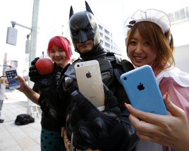 下載自路透 People pose with their new Apple iPhone 5S (C and L) and 5C after they waited for it since September 16, outside an Apple Store at Tokyo's Ginza shopping district September 20, 2013.   REUTERS/Toru Hanai (JAPAN - Tags: BUSINESS TELECOMS) - RTX13RVJ