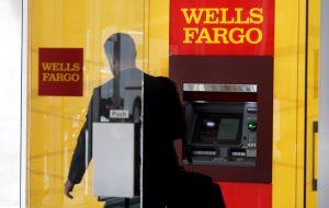 圖片來源:《達志影像》 圖片取自路透社 A man walks by an ATM at the Wells Fargo & Co. bank in downtown Denver April 13, 2016.  REUTERS/Rick Wilking - RTX29UK8