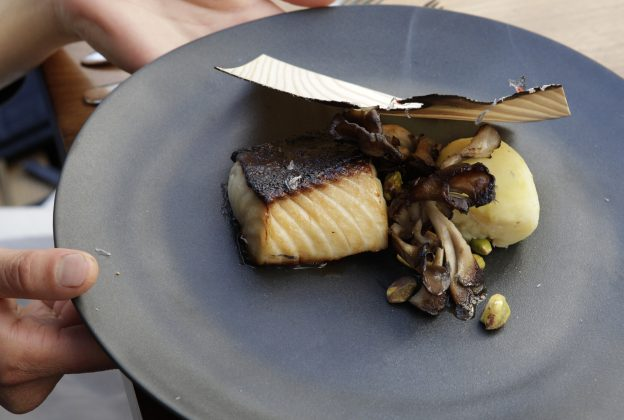 下載自路透 One of their signature dishes from David Myers chef and owner of the restaurant Hinoki & the Bird, scented black cod, sweet potatoes and pistachios, is pictured at the restaurant in Los Angeles April 19, 2013. To Match FOOD-CHEFS/MYERS   Picture taken April 19, 2013.  REUTERS/Fred Prouser (UNITED STATES - Tags: FOOD SOCIETY) - RTX11O27