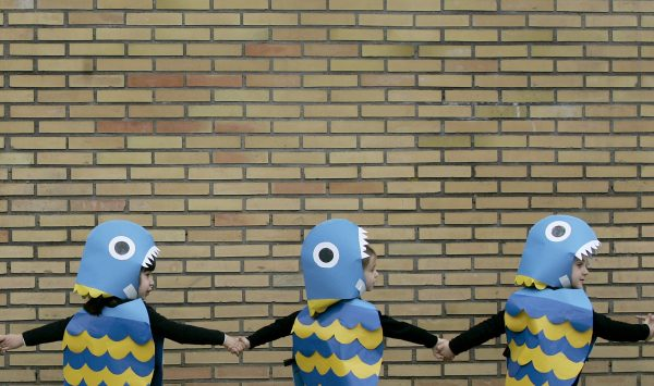 下載自路透 Kids dressed as fish take part in a carnival party at a school in Pontevedra, Northern Spain February 16, 2007. REUTERS/Miguel Vidal (SPAIN) - RTR1MHD3