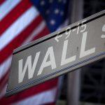 首圖來源:《達志影像》 圖片取自路透社 A Wall Street sign is pictured outside the New York Stock Exchange in New York, October 28, 2013.  REUTERS/Carlo Allegri/File Photo - RTSHUXE