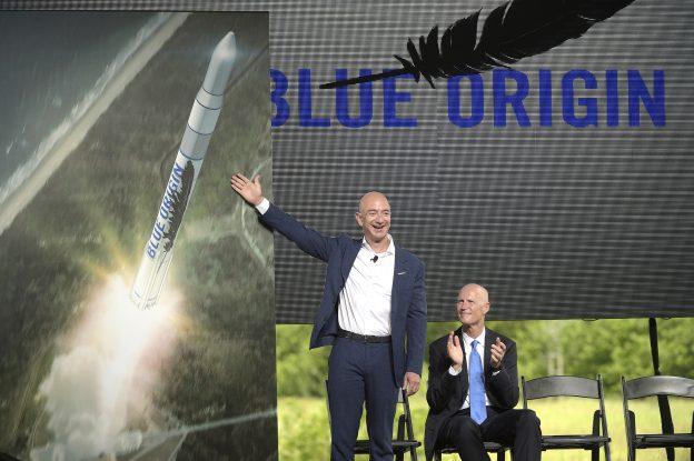 下載自美聯社 Amazon CEO Jeff Bezos, left, unveils the new Blue Origin rocket, as Florida Gov. Rick Scott, right, applauds during a news conference at the Cape Canaveral Air Force Station in Cape Canaveral, Fla., Tuesday, Sept. 15, 2015. Bezos announced a $200 million investment to build the rockets and capsules in the state and launch them using the historic Launch Complex 36. (AP Photo/Phelan M. Ebenhack)