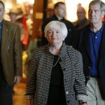 下載自美聯社 Federal Reserve Chair Janet Yellen arrives for a reception on the opening night of the annual meeting of the world's central bankers at Jackson Lake Lodge in Grand Teton National Park, north of Jackson Hole, Wyo., Thursday, Aug. 25, 2016. Yellen is to address the gathering on Friday. (AP Photo/Brennan Linsley)
