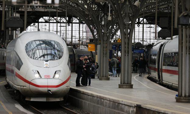 下載自路透 Passengers wait on a railway platform at the main train station in the western German city of Cologne March 31, 2015. All regional trains in western Germany were stopped on Tuesday due to expected heavy storms.    REUTERS/Wolfgang Rattay   - RTR4VL09