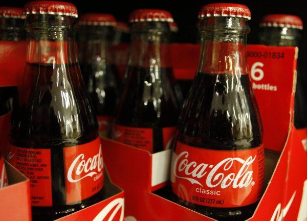 下載自路透 Bottles of Coca-Cola sit on a supermarket shelf in Gilbert, Arizona October 20, 2009. Coca-Cola reported lower-than-expected quarterly revenue, hurt by the stronger U.S. dollar, and said a weak economy would keep consumers under pressure next year, sending shares down 2 percent. The world