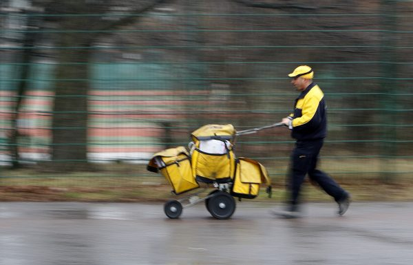 下載自路透 An employee of German postal service Deutsche Post AG leaves a distribution office in Berlin January 16, 2008. REUTERS/Tobias Schwarz (GERMANY) - RTR1VVX8