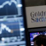 (圖片來源:達志影像)FILE - In this Oct. 16, 2014, file photo, a screen at a trading post on the floor of the New York Stock Exchange is juxtaposed with the Goldman Sachs booth. The Goldman Sachs Group Inc. reports financial results Tuesday, July 19, 2016. (AP Photo/Richard Drew, File)