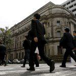 """下載自路透 Businessmen walk past the Bank of Japan (BOJ) building in Tokyo, Japan, March 23, 2016. REUTERS/Toru Hanai/File Photo    GLOBAL BUSINESS WEEK AHEAD PACKAGE - SEARCH """"BUSINESS WEEK AHEAD JULY 25"""" FOR ALL IMAGES - RTSJGAT"""
