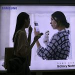 下載自美聯社 A woman walks by an advertisement of the Samsung Electronics Galaxy Note 7 smartphone at a subway station in Seoul, South Korea. Saturday, Sept.10, 2016. Samsung Electronics on Saturday recommended South Korean customers to stop using the new Galaxy Note 7 smartphones, which the company is recalling worldwide after several dozen of them caught fire. (AP Photo/Ahn Young-joon)