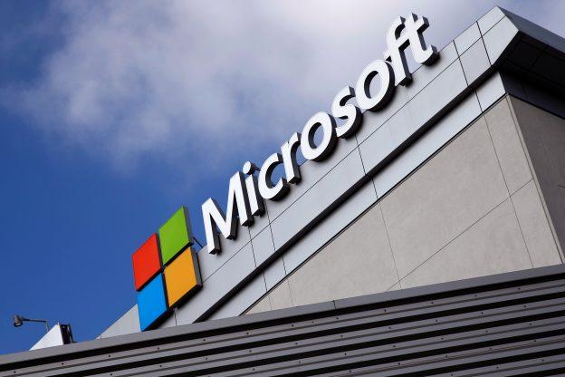 下載自路透 FILE PHOTO --  A Microsoft logo is seen a day after Microsoft Corp's $26.2 billion purchase of LinkedIn Corp, in Los Angeles, California, U.S. June 14, 2016. REUTERS/Lucy Nicholson/File Photo - RTSIPPB