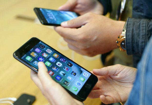 下載自美聯社 Customers check out the new Apple iPhone 7 at the Apple Store at the Grove in Los Angeles on Friday, Sept. 16, 2016. (AP Photo/Richard Vogel)