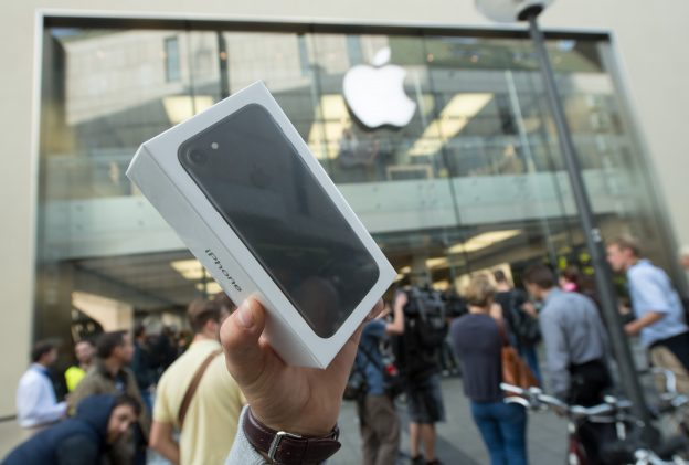 下載自美聯社 The owner of a new iPhone7 holds up his smartphone at the start of iPhone7 sales in Munich, Germany, 16 September 2016. Long lines as in past years did not happen this year. Photo by: Peter Kneffel/picture-alliance/dpa/AP Images