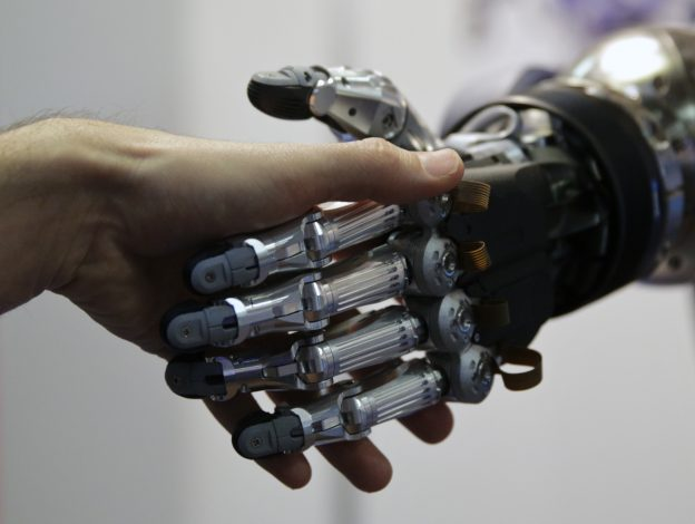下載自路透 A man shakes hands with a humanoid robot during the International Conference on Humanoid Robots in Madrid November 19, 2014.  REUTERS/Andrea Comas (SPAIN - Tags: SCIENCE TECHNOLOGY) - RTR4ER01