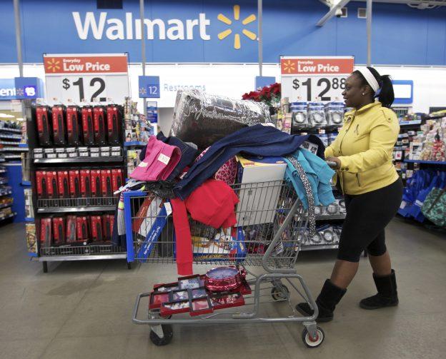 下載自路透 Tasha heads to checkout at a Walmart Store in Chicago, November 23, 2012.  Black Friday, the day following the Thanksgiving Day holiday, has traditionally been the busiest shopping day in the United States. REUTERS/John Gress (UNITED STATES - Tags: SOCIETY BUSINESS) - RTR3ASFK