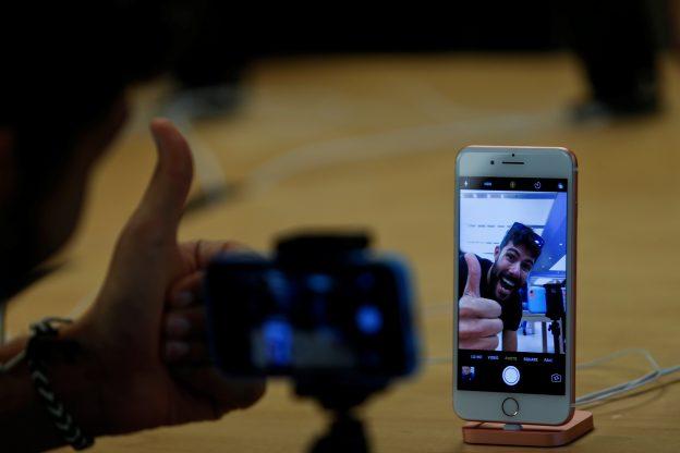下載自路透 A man poses for a selfie as he looks at a new iPhone 7 smartphone inside of an Apple Inc. store in New York, U.S., September 16, 2016. REUTERS/Eduardo Munoz - RTSO1ZA