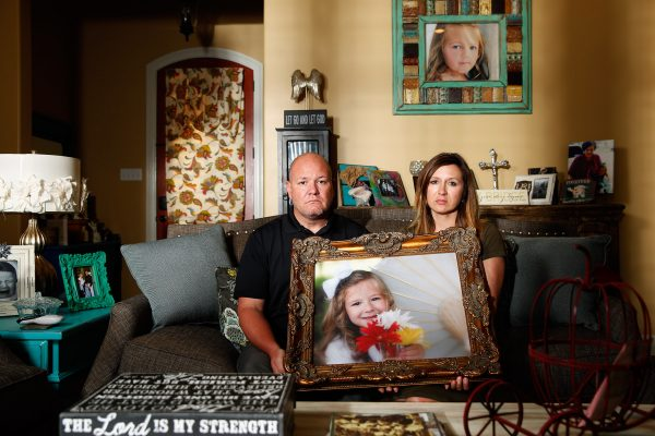 下載自路透 Kelly and Ryan Breaux sit holding a portrait of their deceased daughter Emma Breaux in their home in Breaux Bridge, Louisiana, on June 16, 2016. The husband and wife lost twins, Emma and Talon, to different superbugs that they contracted while in the neonatal unit at Lafayette General Hospital. U.S. Picture taken June 16, 2016. TO MATCH SPECIAL REPORT USA-UNCOUNTED/SURVEILLANCE REUTERS/Edmund Fountain - RTX2OIBE