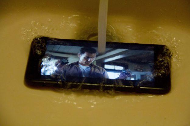 下載自美聯社 CORRECTS DATELINE TO EDISON, N.J., INSTEAD OF NEW YORK - In this Monday, Sept. 12, 2016, photo, water is poured on an Apple iPhone 7, in Edison, N.J. The iPhone joins Samsung's flagship devices in offering water and dust resistance. It's meant for accidental spills and dunks, not for underwater use. The touch screen, for instance, won't be as responsive, and sound isn't as clear. (AP Photo/Anick Jesdanun)