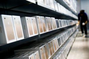 下載自路透 Apple's new iPhone 7 smartphones sit on a shelf at an Apple store in Beijing, China, September 16, 2016. REUTERS/Thomas Peter/File Photo - RTSOXD9