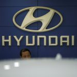 圖片來源:《達志影像》 圖片取自路透社 An employee sits in front of the logo of Hyundai Motor Co. at its dealership in Seoul, South Korea, October 22, 2015. South Korea's Hyundai Motor Co said on Thursday its net profit fell 23 percent in the third quarter from a year earlier, hit by a sharp slowdown in China sales and aggressive global incentives which outweighed gains in the won against the dollar.  REUTERS/Kim Hong-Ji - RTS5K99