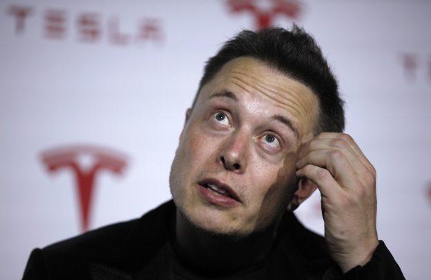 下載自路透 Tesla Motors Inc CEO Elon Musk talks about Tesla's new battery swapping program in Hawthorne, California June 20, 2013. REUTERS/Lucy Nicholson (UNITED STATES - Tags: TRANSPORT HEADSHOT BUSINESS) - RTX10VSA