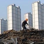 圖片來源:《達志影像》 圖片取自路透社 A labourer selects wooden planks as he works at a residential construction site in Hefei, Anhui province, China February 18, 2012.   REUTERS/Stringer/File Photo - RTX2HRX2