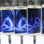 下載自路透 A row of Galaxy S6 edge smartphones are seen on display after the Samsung Galaxy Unpacked event before the Mobile World Congress in Barcelona March 1, 2015. Samsung unveiled its latest Galaxy S smartphones featuring a slim body made from aircraft-grade metal, in a bid to reclaim its throne as undisputed global smartphone leader from Apple.  REUTERS/Albert Gea (SPAIN  - Tags: BUSINESS TELECOMS SCIENCE TECHNOLOGY)   - RTR4RNVX